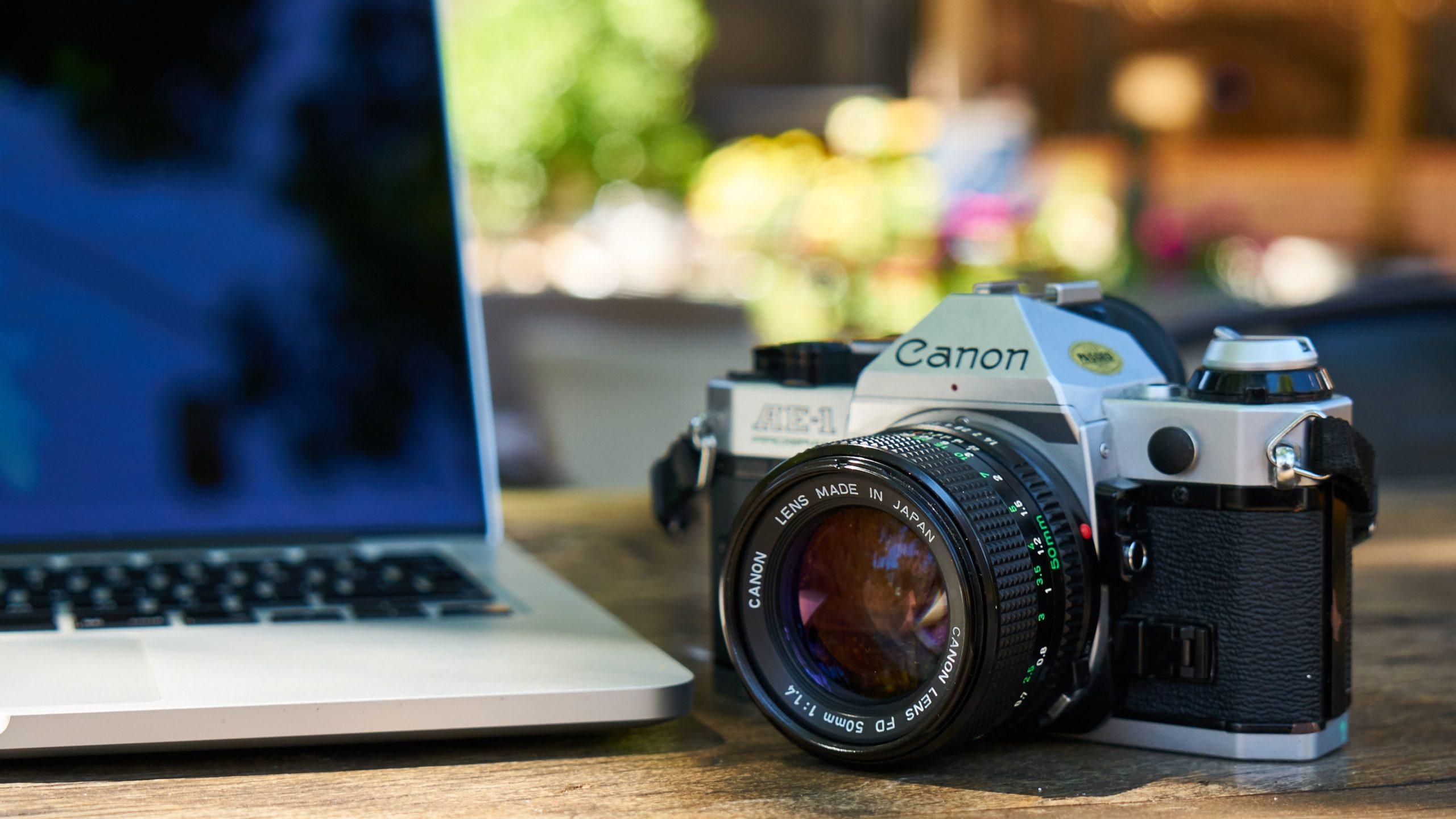 Laptop und Fotokamera